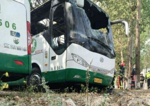 5月1日午间12时20分许,北京朝阳区东苇路蟹岛度假村停车场汽车起火。根据媒体报道的情况,现场着火的汽车中有大约80辆电动大巴。北京消防发布消息称,截止下午2点23分,火灾被扑灭,无人员伤亡,火灾原因及损失正在调查中。  现场着火车辆的车身均写有天马通驰TMTC的字样,是北京天马通驰汽车租赁有限公司购入的5电动大巴。天马通驰始建于2006年,是一家专职汽车租赁公司,为企业班车、旅游租车、商务租车、机场接送、会议用车等提供服务。本次着火车辆的尾部标有安凯客车品牌标识,准乘51人。结合天马通驰官网信息,